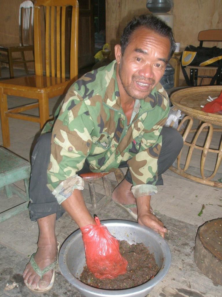 山菜や香菜、胡椒を練って味噌のようなものを作ります。日本にはない味です。