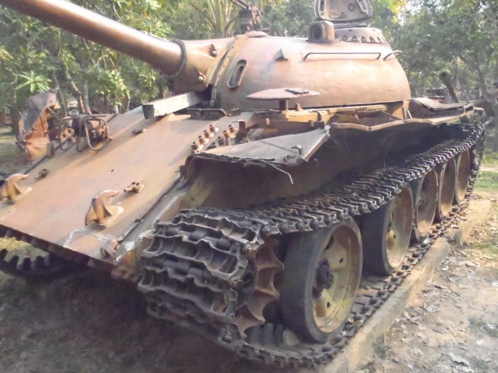 戦争博物館。ロシアT72戦車。地雷もズラリと並ぶ。