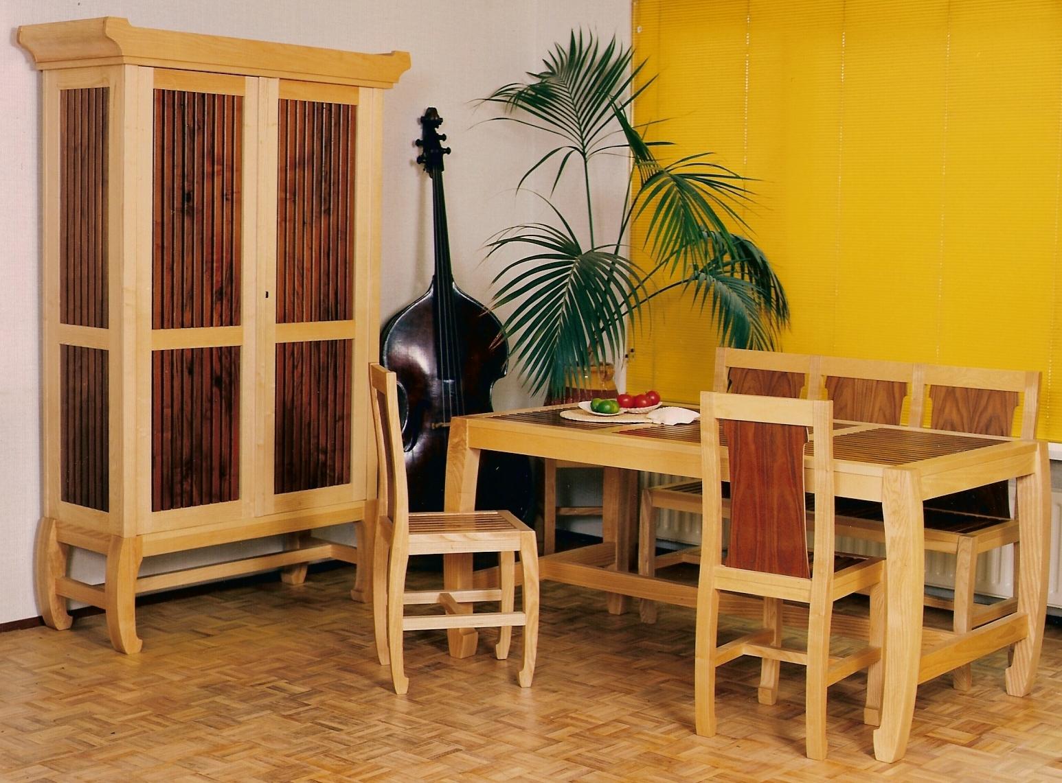 Tafels, stoelen, kast