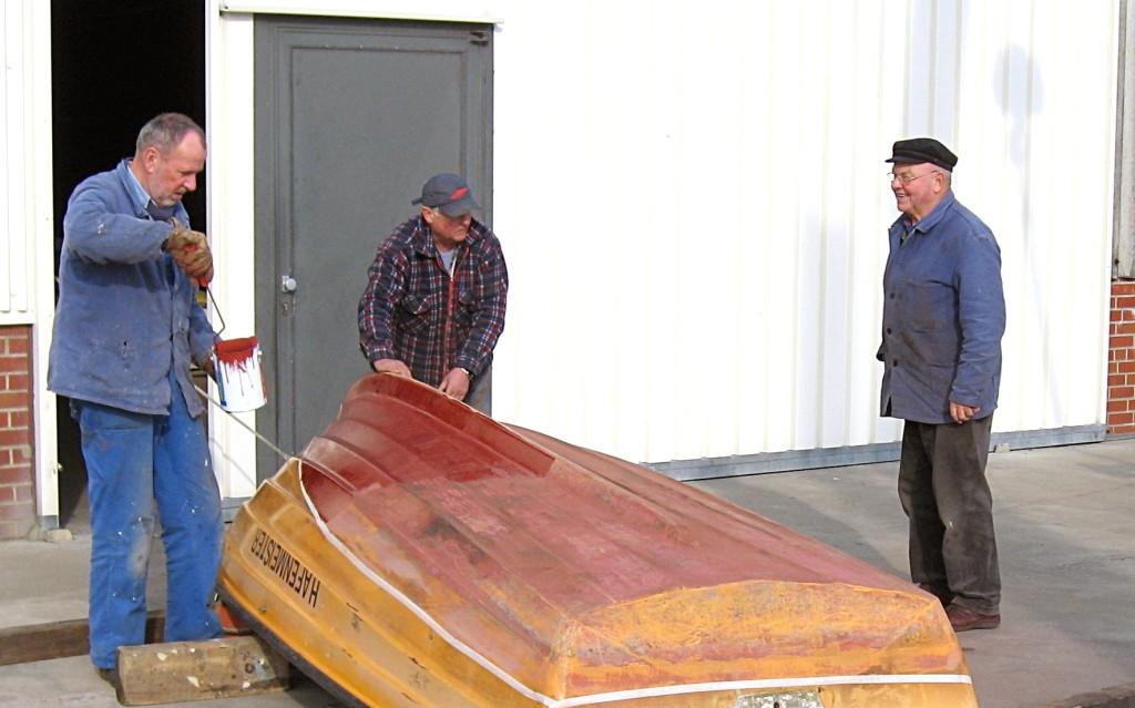 """Horst, Günter und Walter beim """"Frühjahrsputz"""" des Hafenbootes Foto: Lutz Lühmann"""