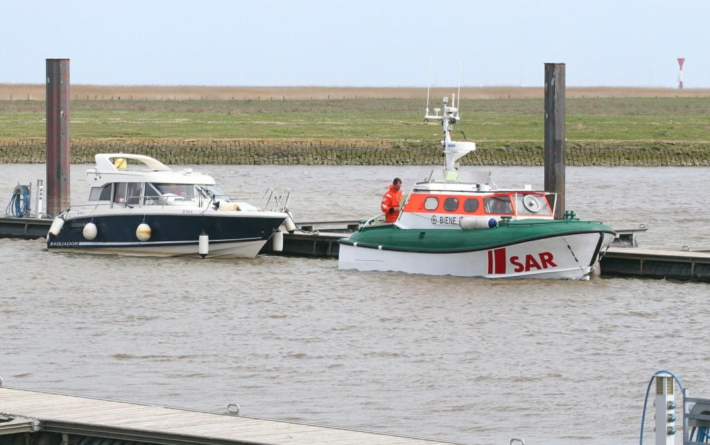 """16.04.2010 MY """"Ronja"""", DK - von der Otterndorfer Hafeneinfahrt geborgen (Motorproblem). Ursprunglich unterwegs von Frankreich nach Norwegen. Foto: Lutz Lühmann"""