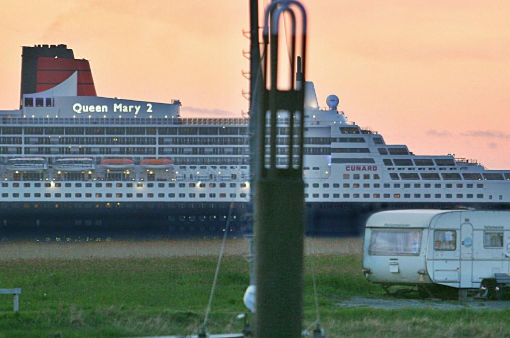 """13.05.2010 Die """"Queen Mary 2"""" fuhr diesmal in der Dämmerung elbabwärts am Otterndorfer Hafen vorbei. Foto: Lutz Lühmann"""