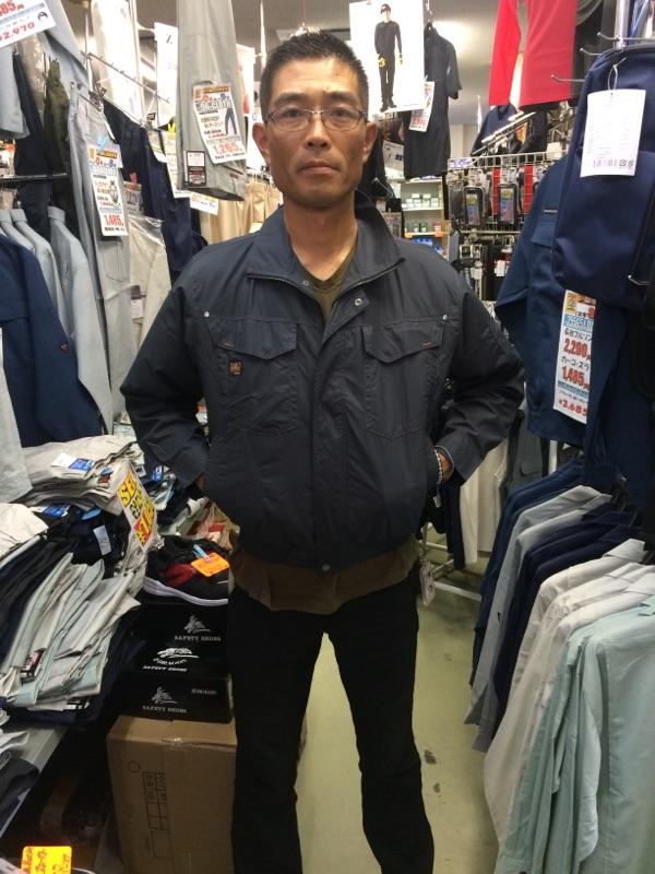 空調服を実際に着てみました(前)  品番 KU91400  長袖ワークブルゾン 69 チャコール ¥6,500-¥6,930