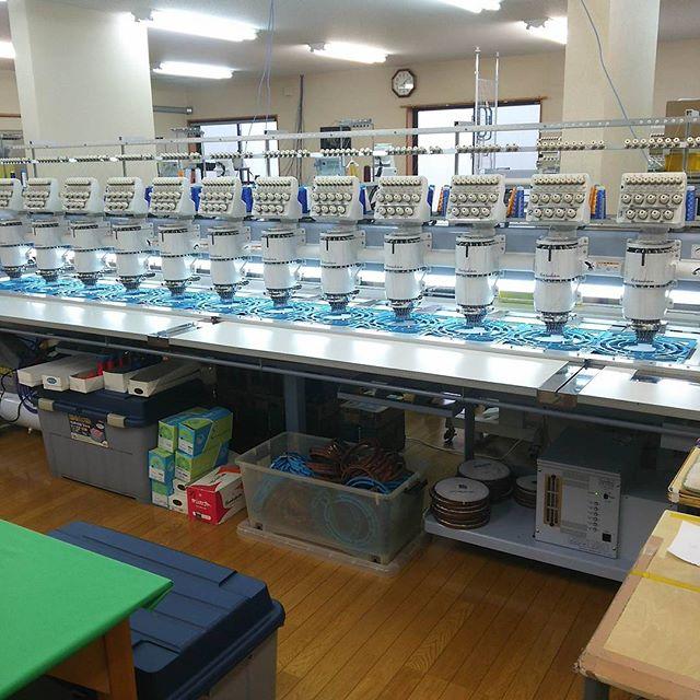 最近導入された、12枚の商品を一度に刺繍ネームできるマシン。高いらしいです。他にもこのようなマシンがずらり。設備にお金は惜しまない方針だそうです。