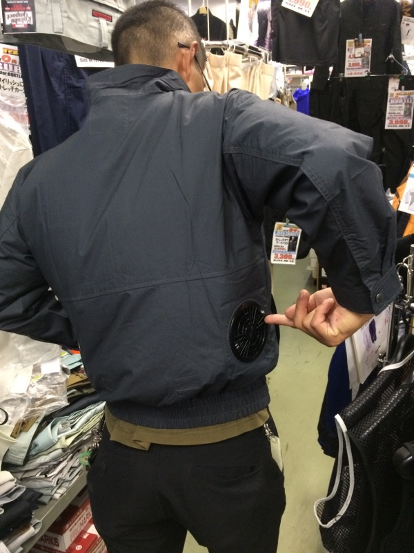これがファンです。両サイドについています。  品番 KU91400  長袖ワークブルゾン 69 チャコール ¥6,500-¥6,930
