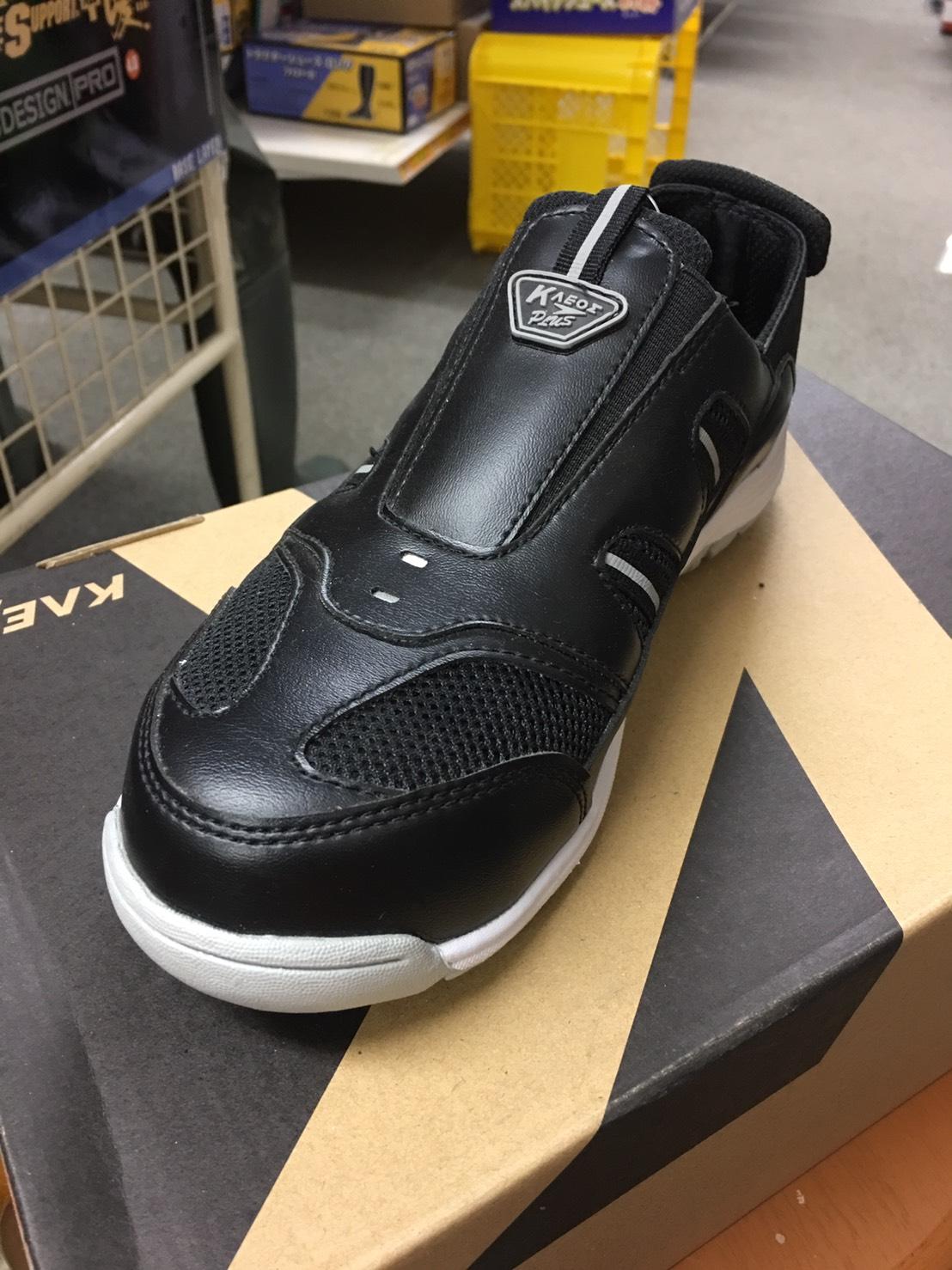 ⑤ クレオスプラス#810踏めるくん  ¥2,530(税込)先芯入りの作業ぐつ。軽くて履きやすいです。