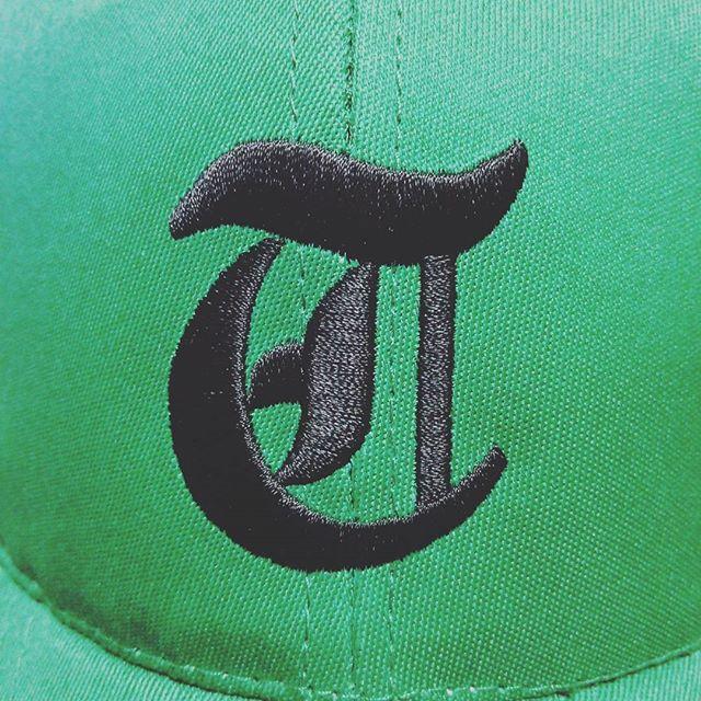 サンプルに1枚ロゴを入れて頂きました。これが藤本プロが刺繍された帽子の仕上がり。所要時間実に3分ほど。素晴らしい仕上がりですね。