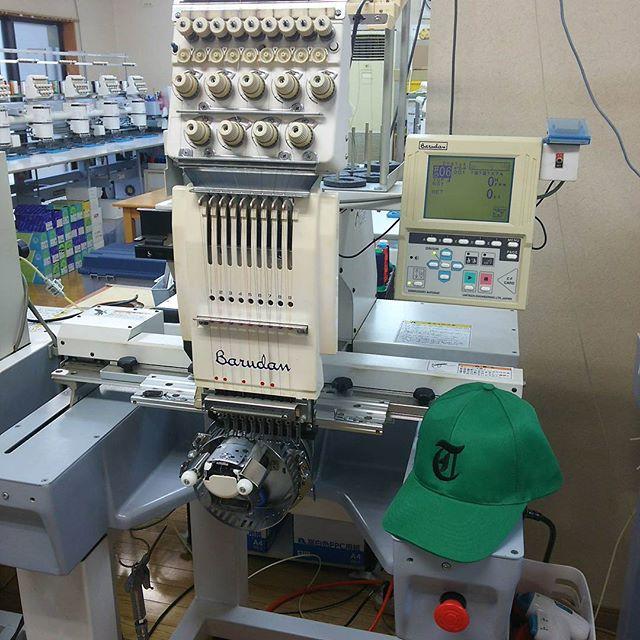 けっこう珍しい帽子を専用に刺繍ネームできるマシン。他のマシンと違って、刺繍ネームが難しく、熟練の技がいるようです。