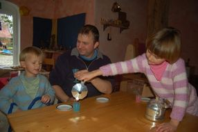 Christoph Wiederhold ist Erzieher im Bauernhof-Kindergarten in Aschwarden. Damit ist er eine Ausnahme in einem Beruf, in dem Frauen noch immer den Ton angeben. Dem 36-Jährigen macht seine Arbeit großen Spaß. GKE: (Gabriela Keller)