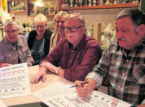 """Hartmut Bohlmann, (2. von rechts), Vorsitzender der Heimatfreunde Neuenkirchen, informiert zusammen mit anderen Vereinsmitgliedern über den geplanten """"Tag der Vereine"""". (Christian Kosak)"""