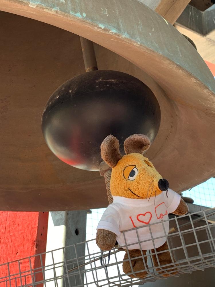 Maus war mutig und kletterte zu einer Glocke