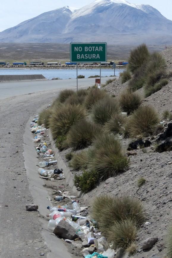 """Kurz vor der bolivianischen Grenze: Der Hinweis """"Keinen Müll entsorgen"""" sieht nach unserem Verständnis anders aus !"""