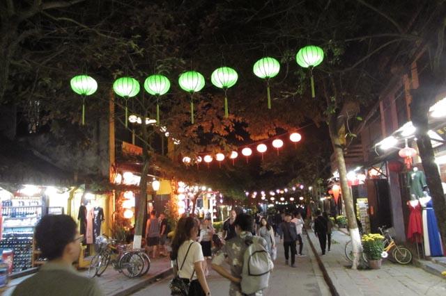 Die ganze Innenstadt von Hoi An wird abends mit Lampions erleuchtet