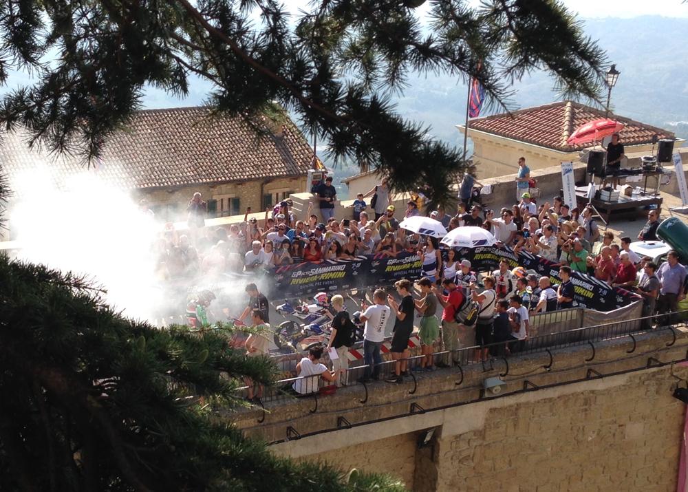 Ins beschauliche San Marino kamen einige Motorradrennfahrer - und ließen natürlich die Hinterreifen ihrer Rennmaschinen zur Freude der Zuschauer durchdrehen :-)