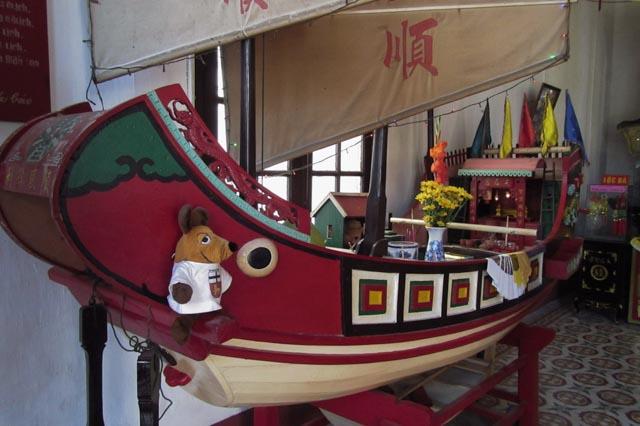 In einer der chinesischen Versammlungshallen entdeckte ich dieses Schiff