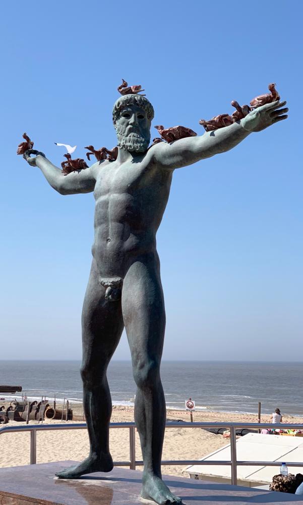 Diese antike Skulptur wurde durch einen chinesischen Künstler geschaffen. Die Vögel auf dem Arm der Skulptur stellen Pekingenten da.