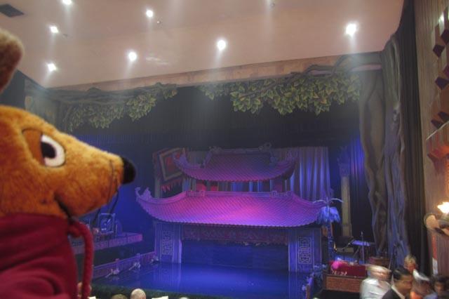 Ich (hin und weg) im städtischen Wasserpuppentheater Thang Long