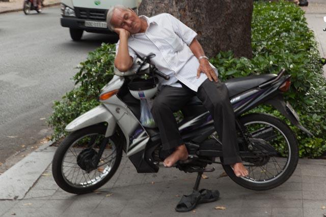 Die unzähligen Mopeds im Land werden in allen Lebenslagen genutzt