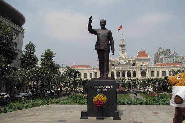 Ich stehe vor der Statue des Namensgebers dieser Stadt, die von den Südvietnamesen aber immer noch Sài Gòn genannt wird