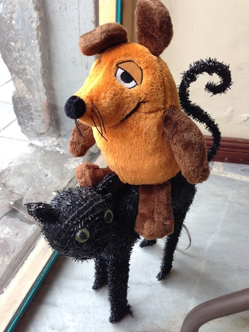 """Während wir uns im Café """"El Quinde"""" mit Kaffee und Kuchen stärken, tollt unsere Maus mit der schwarzen Katze herum."""