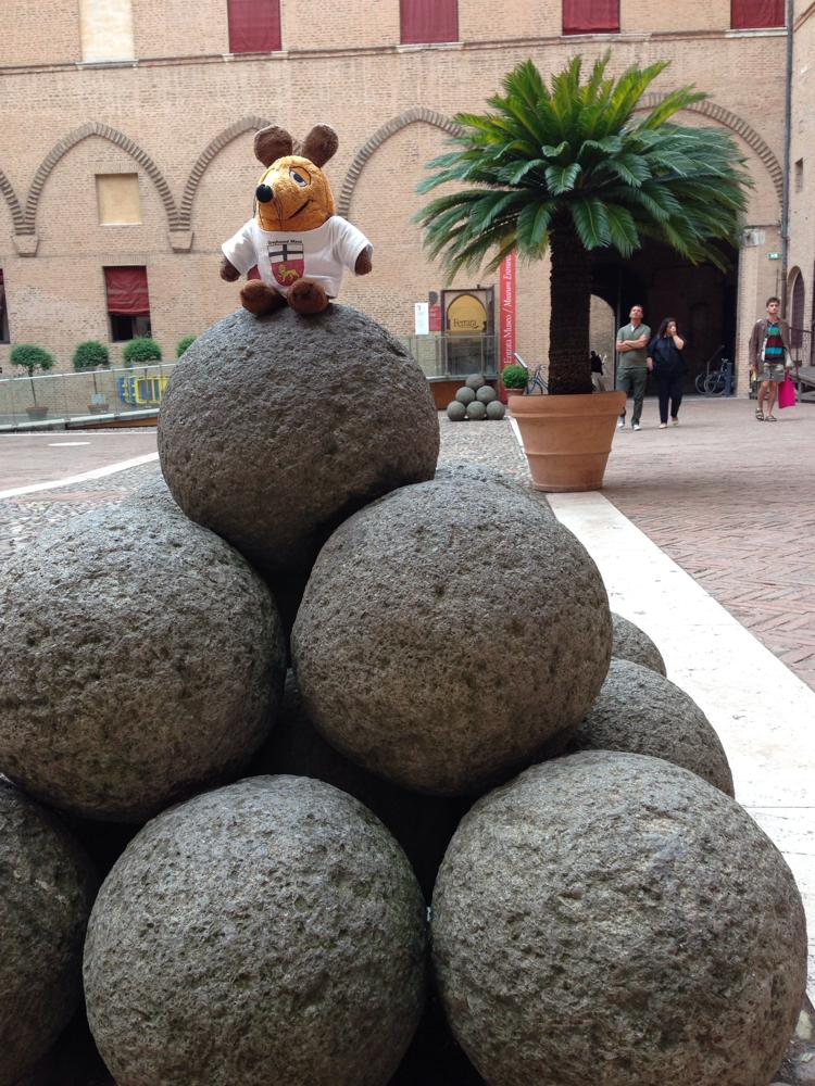 ...und ich wurde wieder übermütig: In der Burg von Ferrara kletterte ich auf diese Kanonenkugeln....
