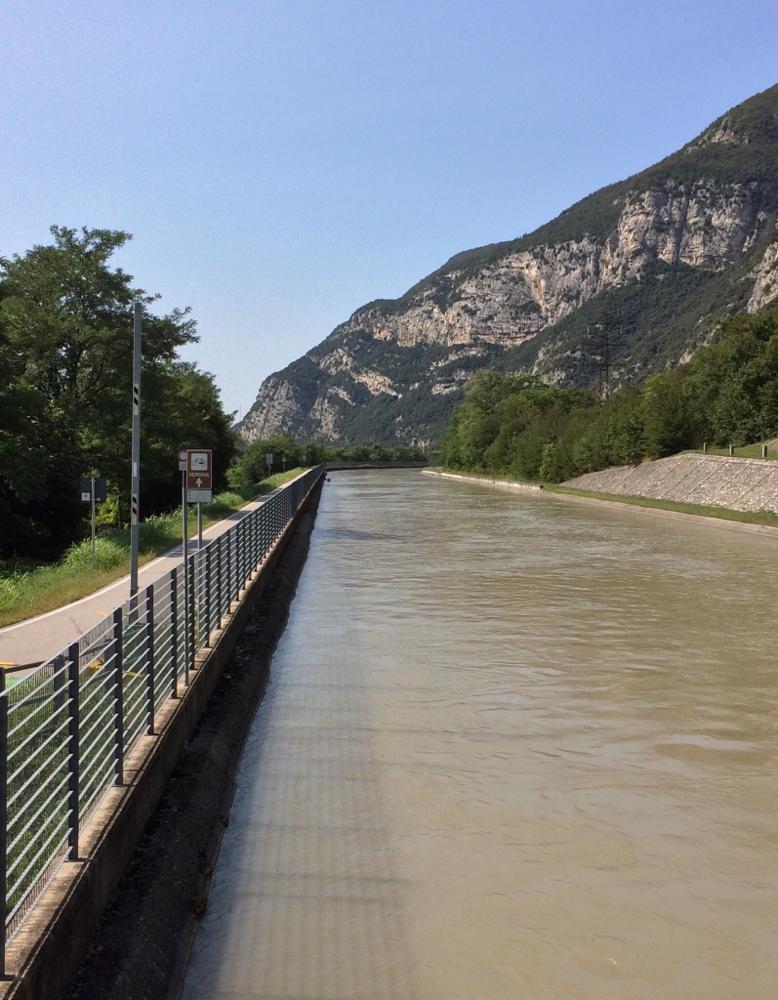 Auf dem langweiligen Stück des Radweges entlang der Etsch-Kanals