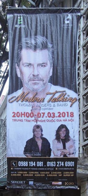 Auf dem Weg in die Stadt kamen wir an diesem Werbeplakat vorbei - bei uns lockt Thomas Anders keinen mehr hinter dem Ofen hervor und hier füllt er anscheinend die Hallen