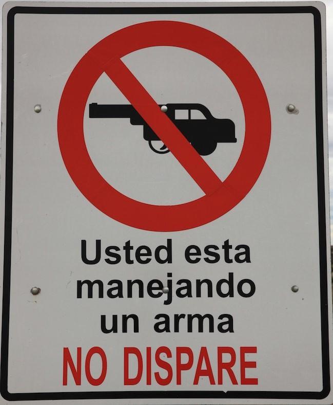 """Unmißverständliches Schild am Straßenrand: """"Nicht schießen !"""""""