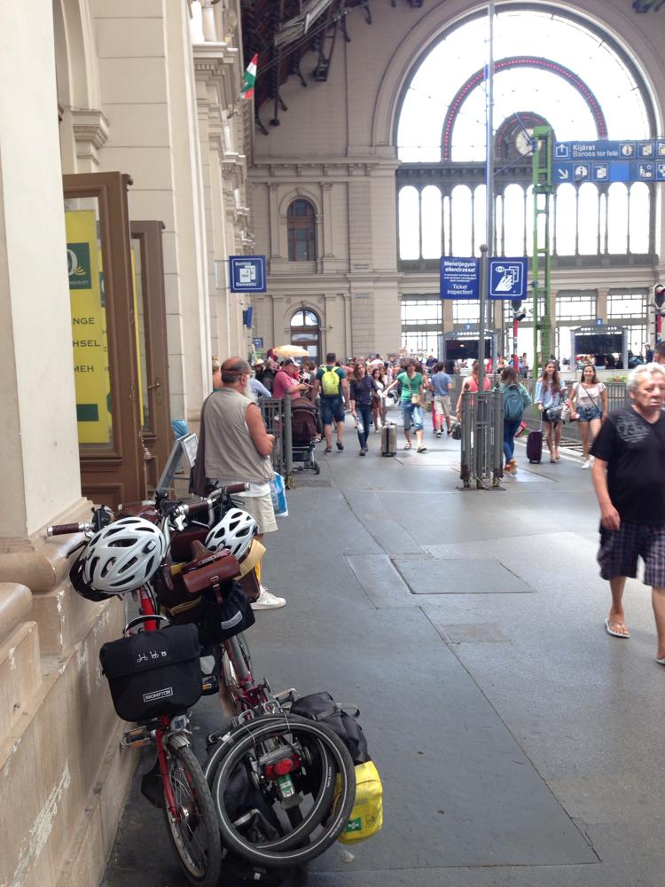 Wir warten auf den Zug nach Wien
