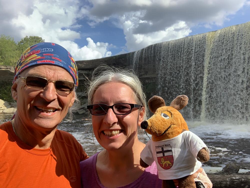 Wir stehen an einem von Estlands größten Wasserfällen