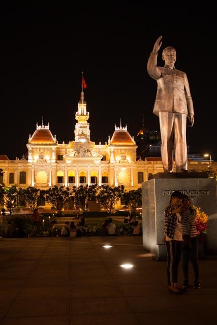 Bei Nacht sieht Papa Ho schon gleich viel würdevoller aus