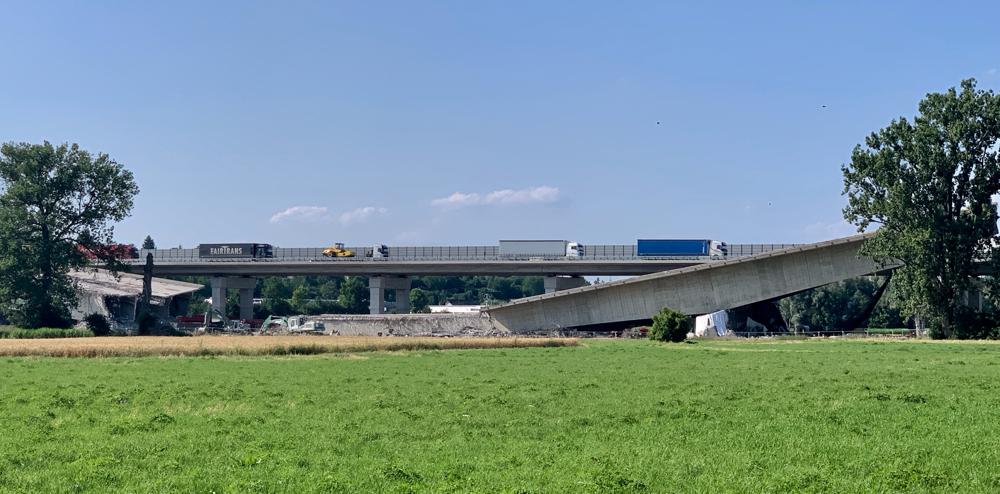 Nein, es herrscht nicht Krieg und es war auch kein Erdbeben bei Heilbronn - es wird nur die Autobahnbrücke neu gebaut