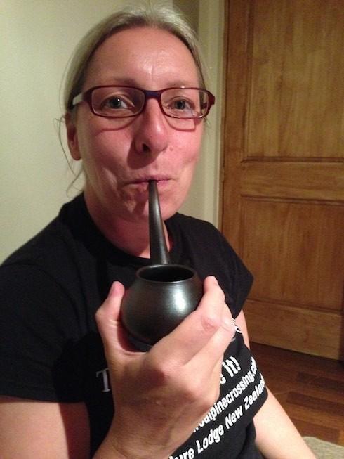 Beatrice probiert zum ersten Mal den Wein aus der Weinpfeife - einem handgearbeiteten Produkt aus Chile