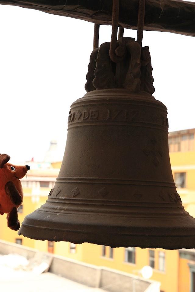 Maus bestaunt die Glocken im Convent Santo Domingo......