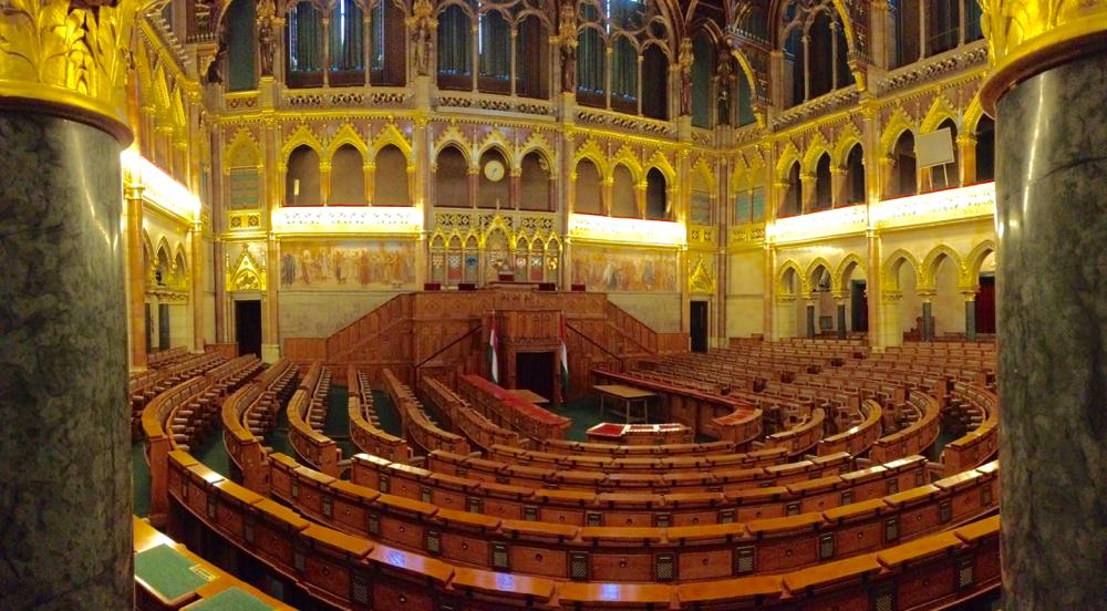 Im Sitzungssaal des ungarischen Parlaments