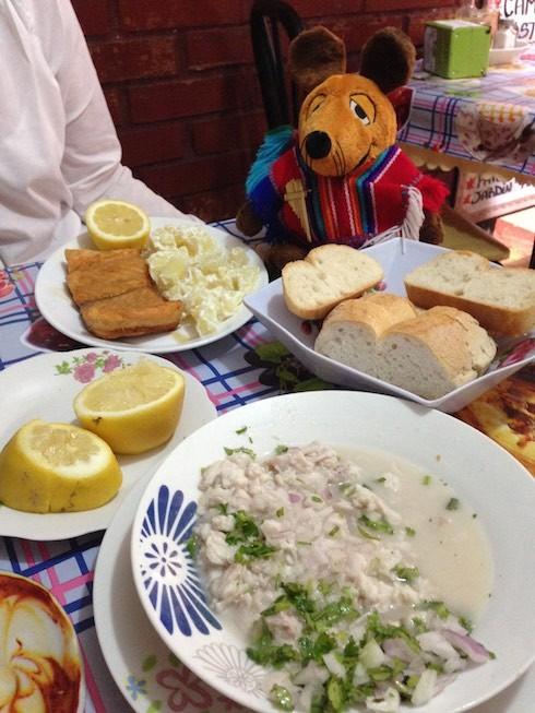 Maus beim Mittagessen mit Ceviche und Lachs