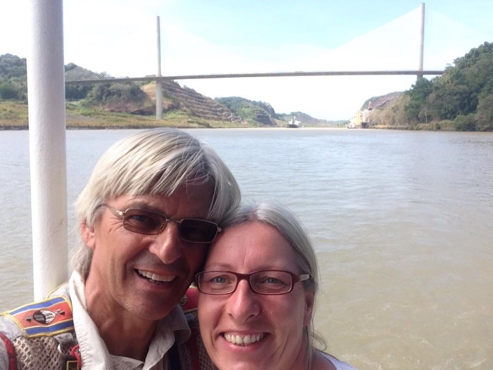 Die Weltreisenden vor der Centenario-Bridge, die Nord- und Südamerika verbindet.