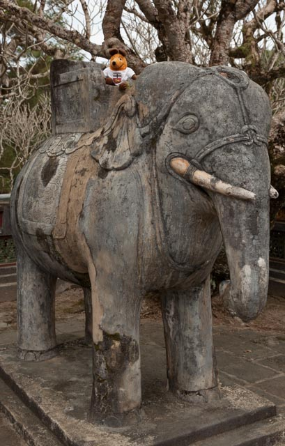Auf dem Rücken des Elefanten erkunde ich das Grabmal von Minh Mang