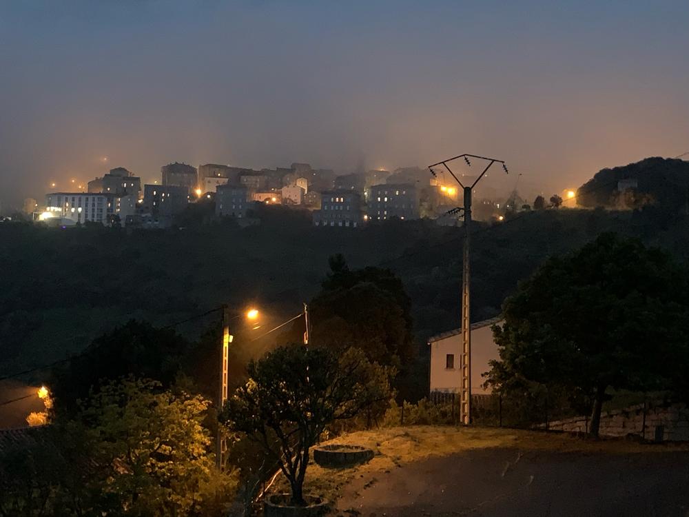 Sartène im nächtlichen Nebel