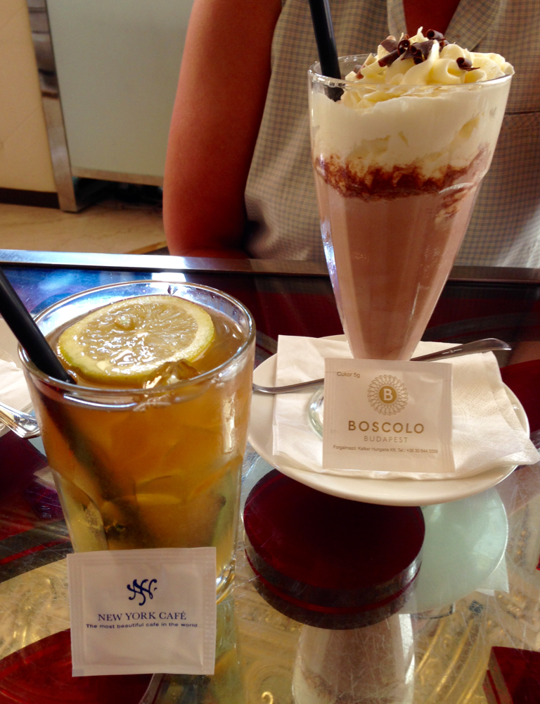 Für umgerechnet fast 33 € bekamen wir: 1 Eistee, 1 Schokoladenmilchshake,.....