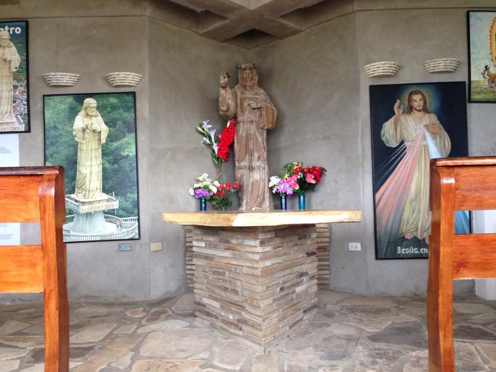 Unter der Statue befindet sich eine kleine Kapelle, in der Bilder der Bauphasen sowie die Geschichte der Statue zu sehen sind.