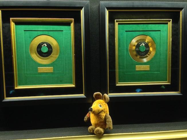 Maus zeigt uns die goldenen Schallplatten des King of Rock'n Roll