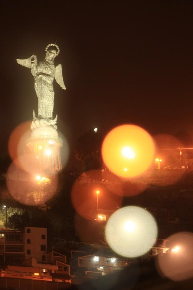 Ergebnis einer Langzeitbelichtung mit manuellem Zoomen: Die Schutzheilige von Quito einmal anders.
