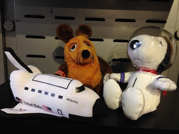 Maus trifft auf Snoopy, das Maskottchen der Raumfahrer