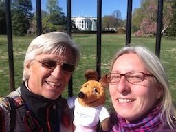 Die Weltreisenden am Zaun des Weißen Hauses.