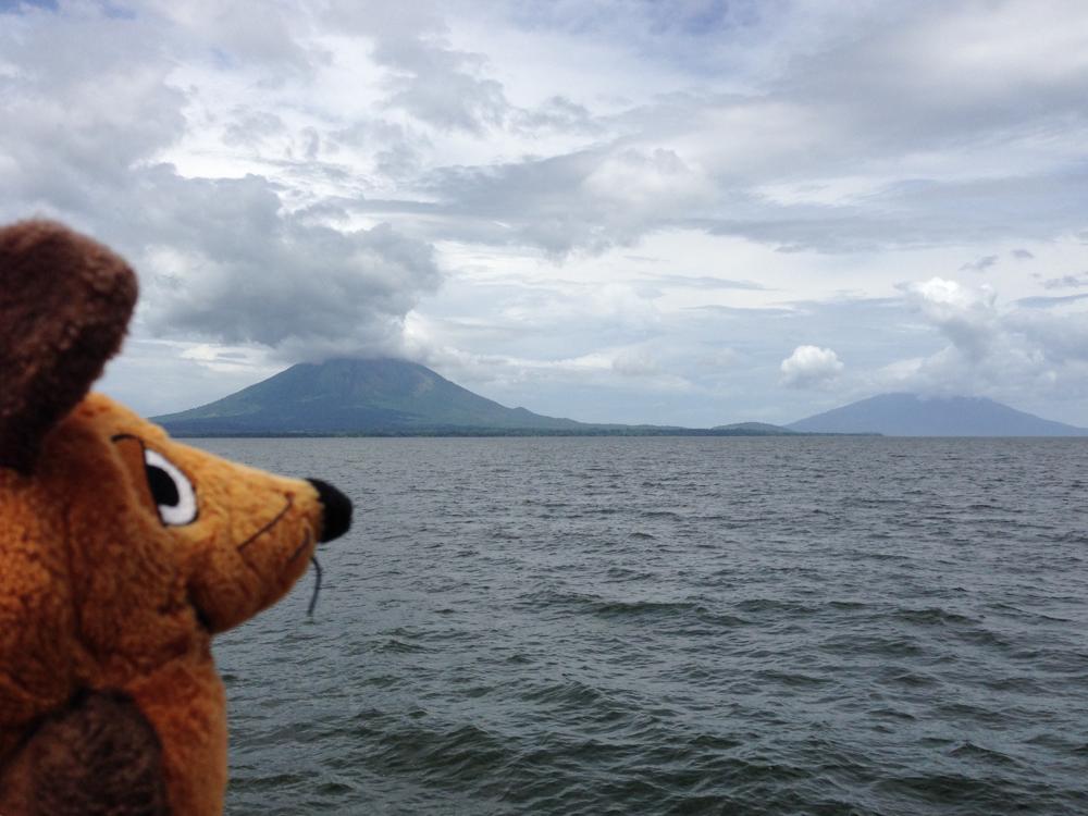 Nach 80 Minuten Fahrt nähern wir uns der Insel Ometepe mit den beiden (aktiven) Vulkanen.