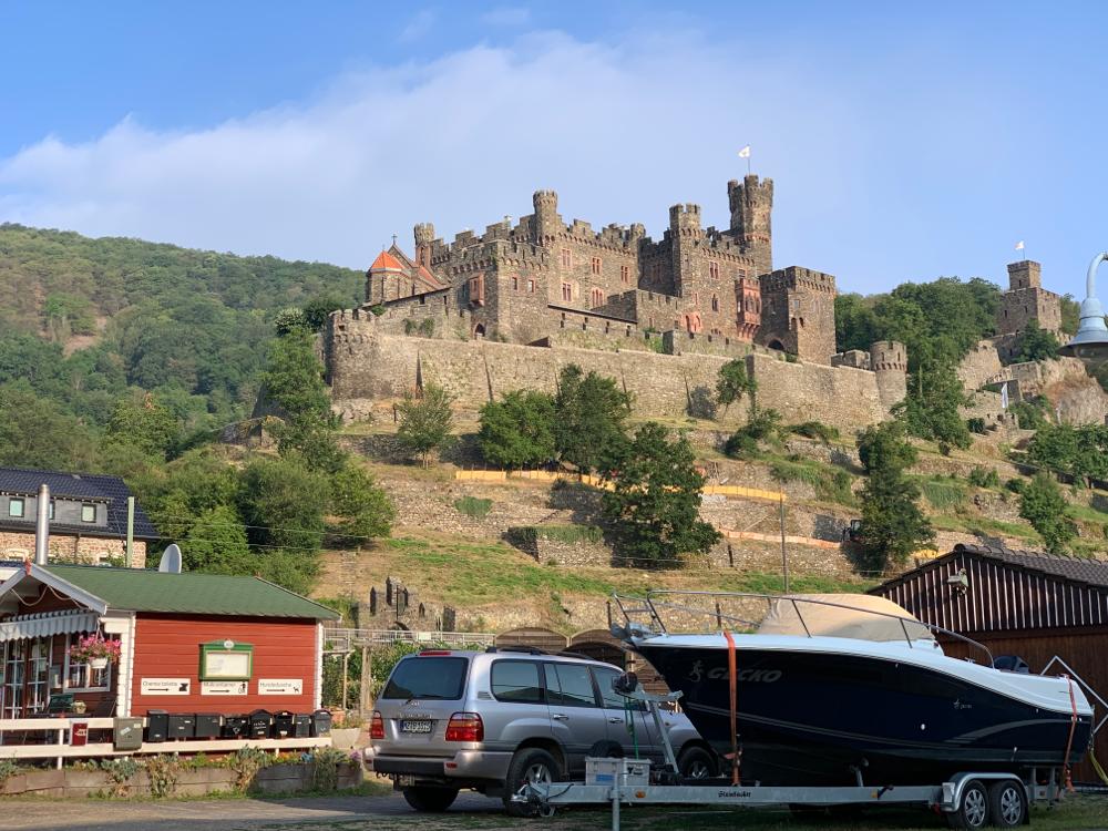 Burg Reichenstein oberhalb von Trechtlingshausen in der Morgensonne