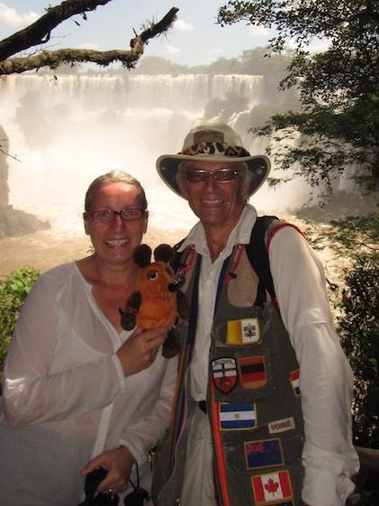 Zwei Greyhounds und die Maus vor einem Teil der gewaltigen Iguazu-Fällen