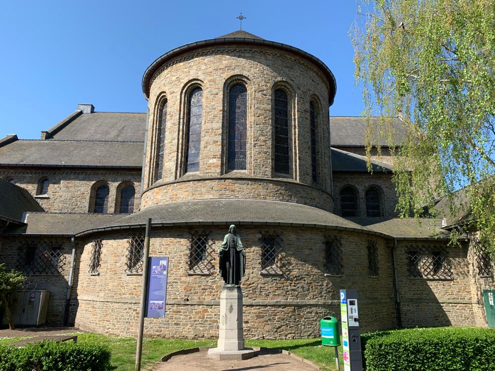 Hinter der Kirche von Torhout