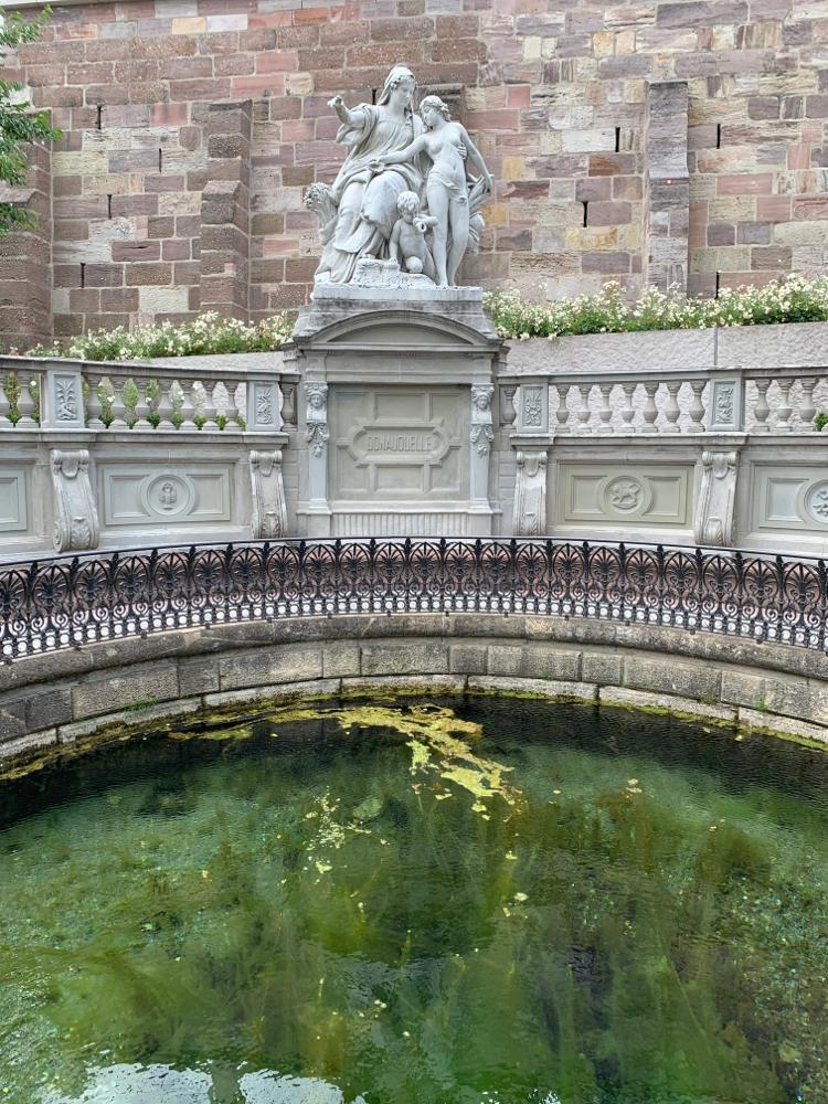 Als Kind habe ich hier Münzen gefischt :-) Papa hatte mich dazu kopfüber in das Wasserbecken gehalten - das müssten sich heute mal Eltern trauen
